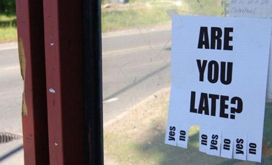 האם את/ה מאחר/ת? מודעת תלישה בתחנת אוטובוס.