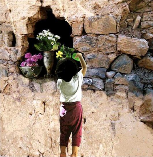 ילדה סורית משקה פרחים בקסדה ופצצת מרגמה שהומרו לעציצים