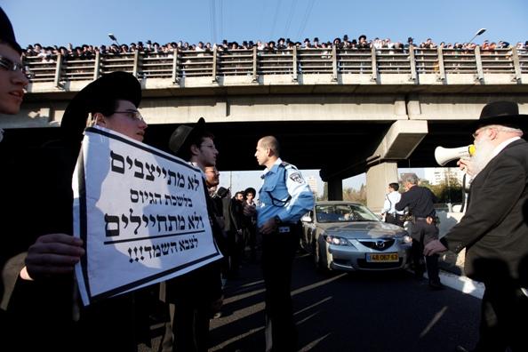 מפגינים חרדים חסמו את כביש 4 באזור אשדוד ופתח תקווה.