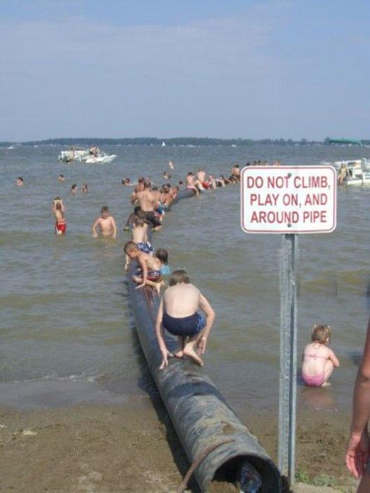 נא לא לטפס על הצינור, לשחק עליו או סביבו