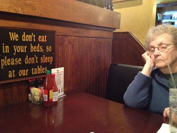 אנחנו לא אוכלים במיטה שלך, אז בבקשה אל תירדם בשולחנות שלנו