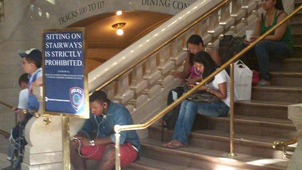 חל איסור מוחלט על ישיבה על המדרגות