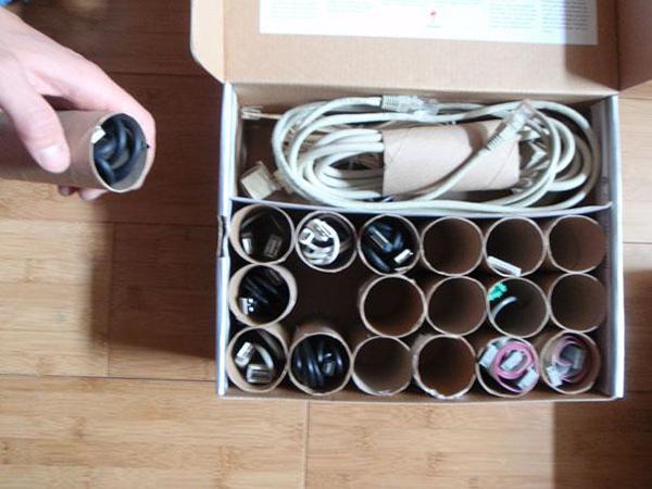 גלילי נייר טואלט הפכו לחוצצים בקופסה לאחסון כבלים חשמליים שונים