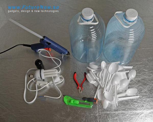 בקבוק פלסטיק וכפיות חד פעמיות הפכו למנורה מגניבה