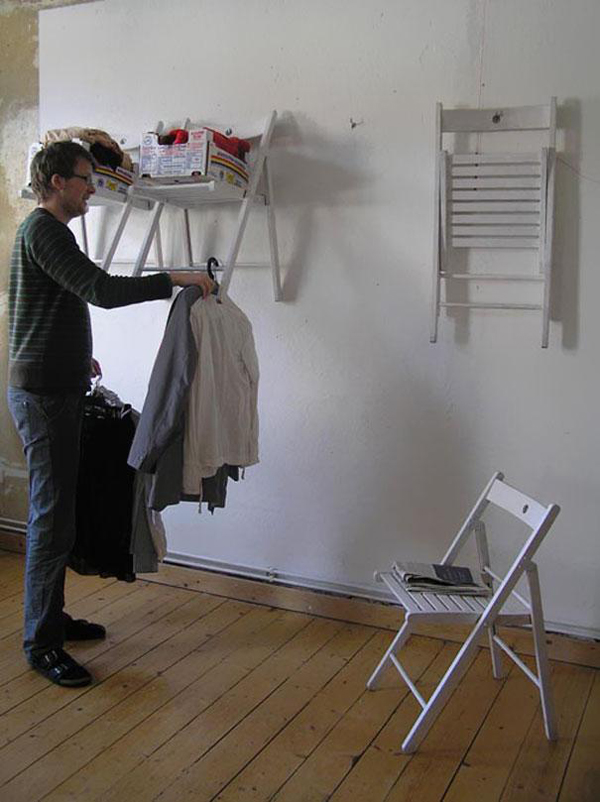 כיסאות מתקפלים הפכו למדף וארון בגדים
