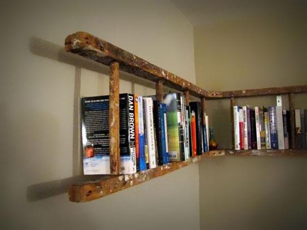 סולם ישן הפך למדף ספרים