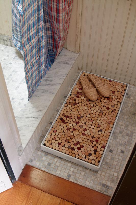פקקים של בקבוקים יין הפכו לשטיחון אמבטיה
