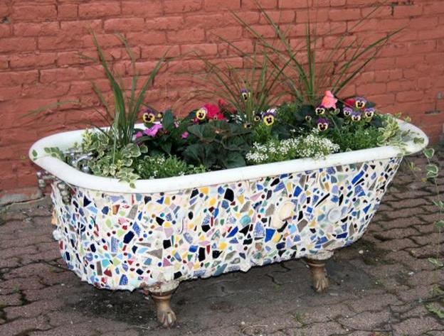 אמבטיה ישנה הפכה לעציץ גינה
