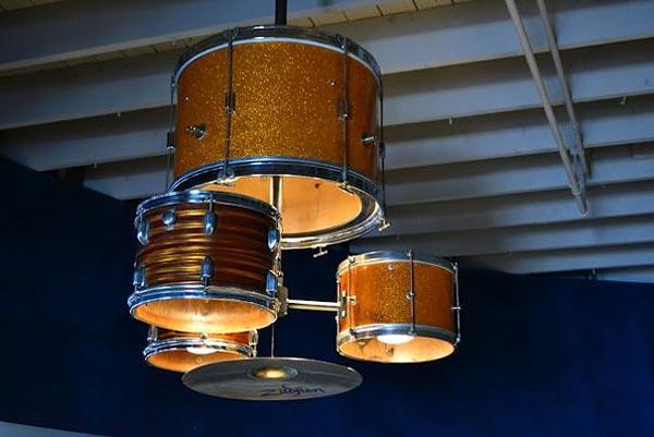 מערכת תופים ישנה הפכה למנורה מעוצבת