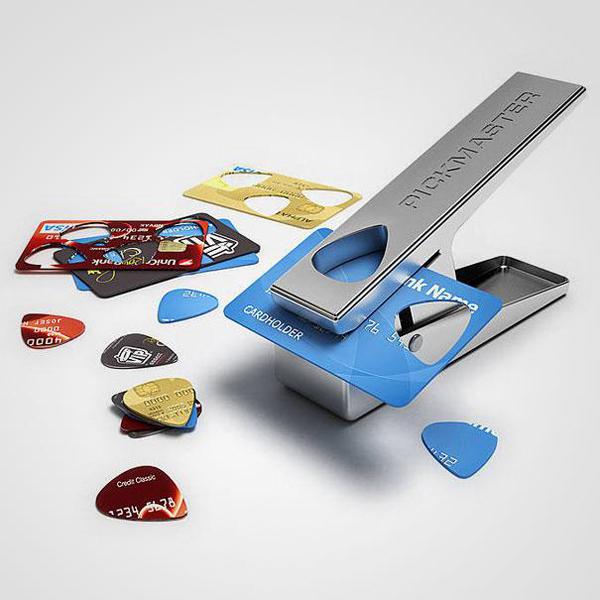 בעזרת קוצץ סיגרים, כרטיס אשראי הפך למפרט לגיטרה