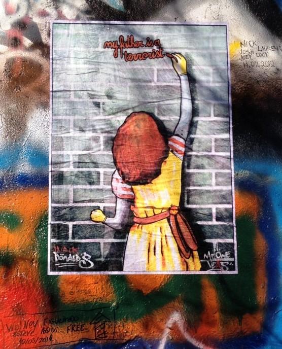 """הבת של רונלד מקדונלד: """"אבא שלי טרוריסט"""" / אמן הרחוב Mr. OneTeas, צ'כיה, 2014."""