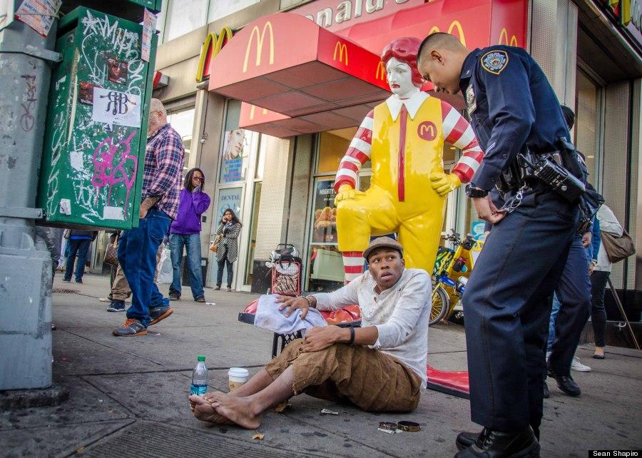 """רונלד מקדונלד ומצחצח הנעליים / בנקסי, ארה""""ב, 2013."""