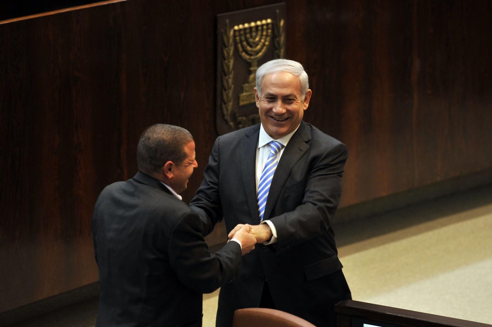 """ראש הממשלה בנימין נתניהו וח""""כ איתן כבל, בכנסת בשנת 2011"""