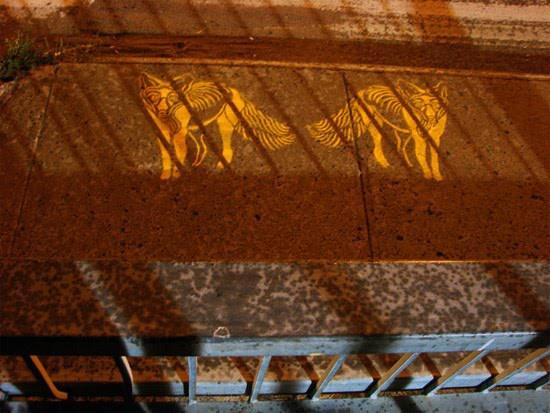 שני שועלים כלואים בכלוב עם סורגים של צל. יצירה של אמן הרחוב הניו יורקי מייקל נף.