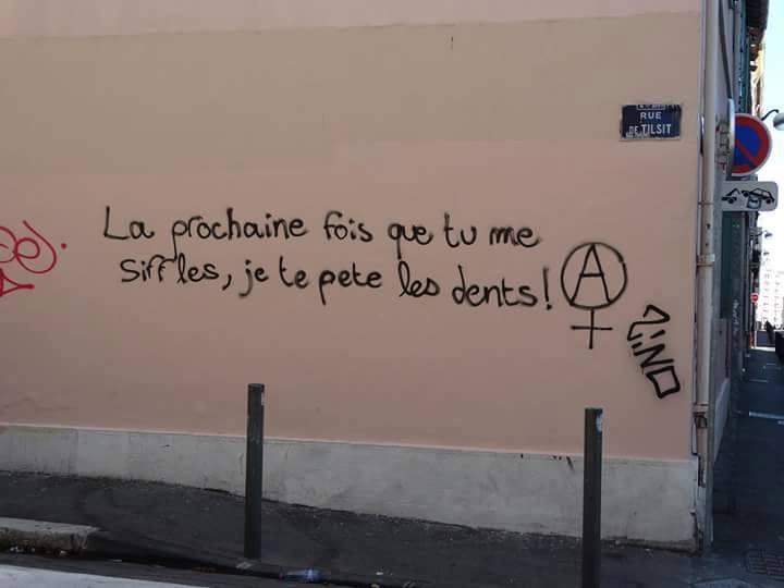 """""""בפעם הבאה שתשרוק לי (ברחוב), אני אשבור לך את השיניים"""". גרפיטי אנרכו-פמיניסטי בצרפת"""