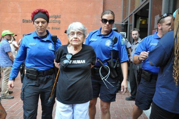 אפשטיין נלקחת למעצר בהפגנה על אלימות שוטרים בפרגוסון. צילום: סטיבן הסיה