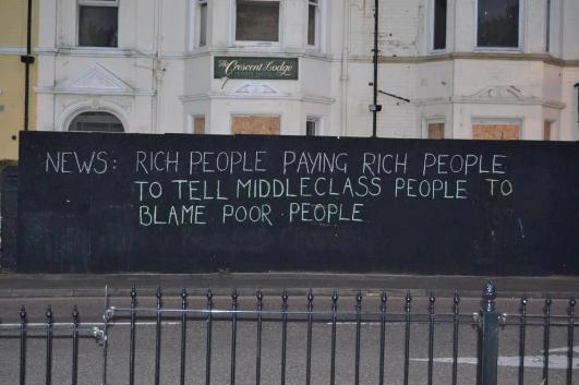 """""""הגדרה של חדשות: אנשים עשירים משלמים לאנשים עשירים לומר לאנשים מהמעמד הבינוני להאשים אנשים עניים"""". גרפיטי מבריטניה"""