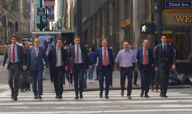 """אנשי שגרירות הולנד בארה""""ב צועדים יד ביד בניו יורק"""